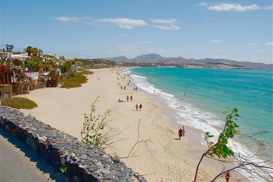 H10 Tindaya: La spiaggia a sx dell'albergo.