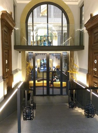 H10 Urquinaona Plaza Hotel: Entrance from the street