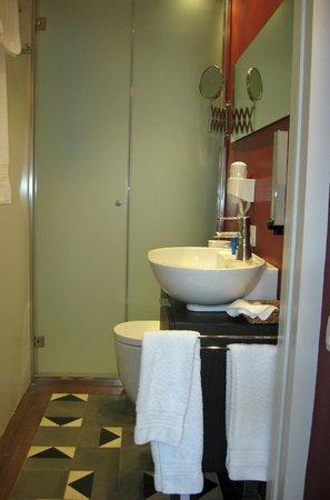 Quadrat d'Or: Bathroom
