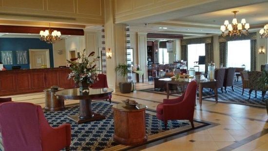 Hilton Garden Inn Suffolk Riverfront: The Lobby