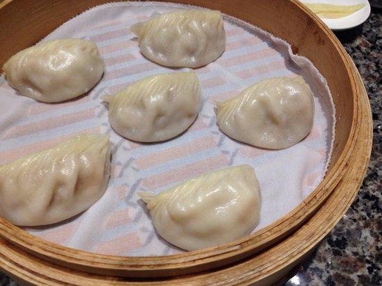 Dumplings Sendo feitos enquanto aguardamos! Servidos nesta cestinha  de bambu. Podem ser de ca