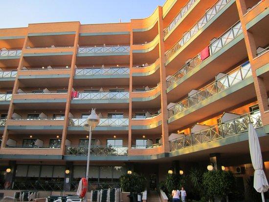 California Palace: Вид на отель из бассейна
