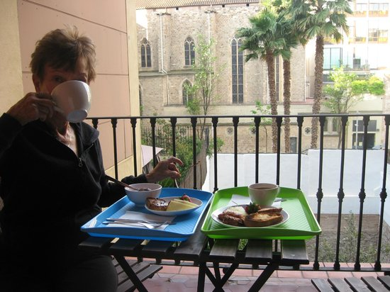 Quadrat d'Or: Breakfast on the balcony