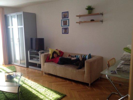 Soggiorno Con Divano Letto : Soggiorno con tavolo da pranzo e divano ...