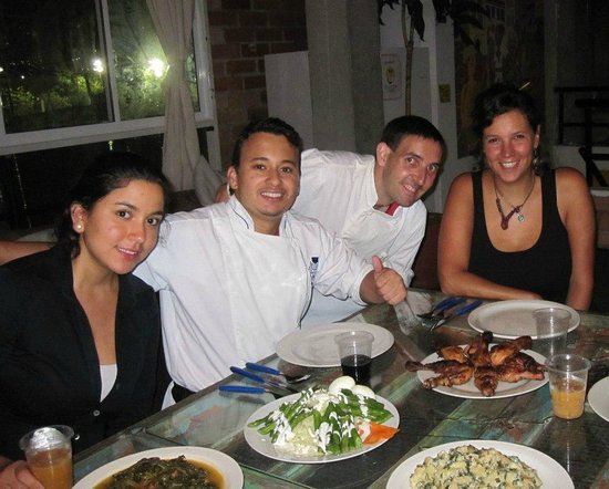 International House Medellin: Enjoying dinner with volunteers at rooftop event