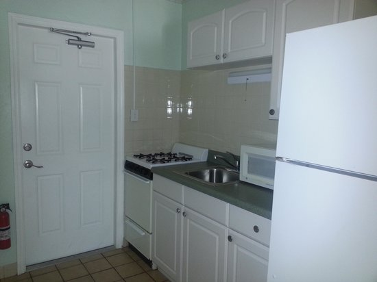 Pelican RV Resort and Motel : Family Suite Kitchen