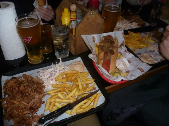 Bodean's BBQ - Soho: Pulled pork meal (a sinistra), hot dog (a destra)