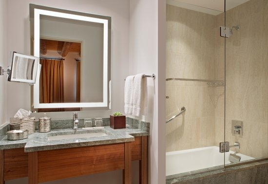 Rosewood Inn of the Anasazi: Bathroom