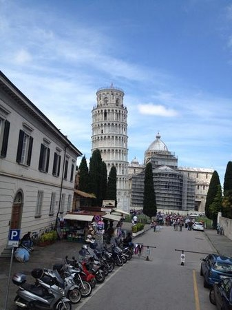 La tour de Pise (Campanile) : Leaning Tower view from the side