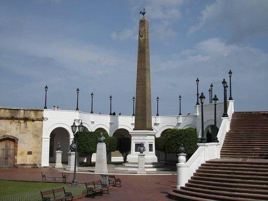 Casco Viejo: Plaza de las bòvedas donde podrà apreciar en sus bòvedas toda la historia de la construccion del
