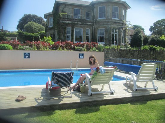 Luccombe Villa Holiday Apartments: Garden and Pool