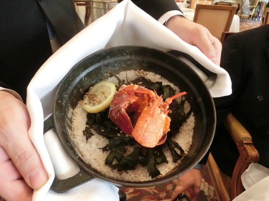 """Le Cinq : Lobster baked in sea salt and seaweed to preserve the """"ocean"""" flavour"""