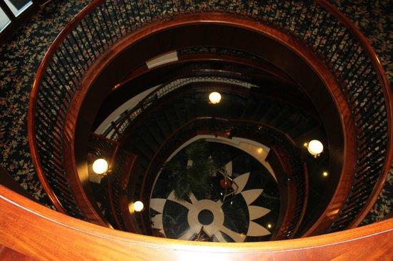French Quarter Inn: Beautiful Stairway