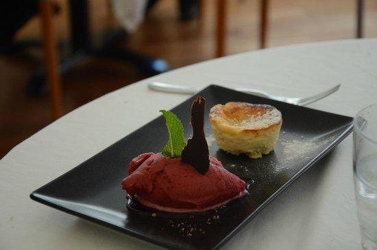 Restaurante S'Ametller: gateau à la ricotta et glace aux fruits rouges