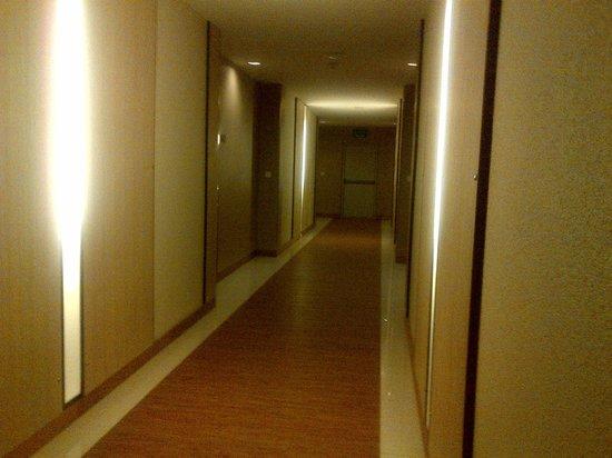 Marsi Hotel Bangkok: Sad Corridor