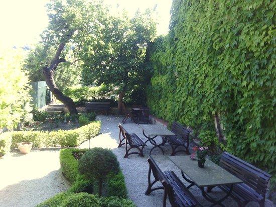 Residence Casa Vacanze Il Chiostro : Giardino interno