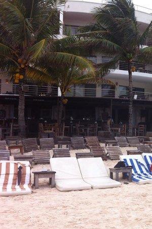 Zenzi Beach Bar & Restaurant: Vista dalla spiaggia la mattina presto