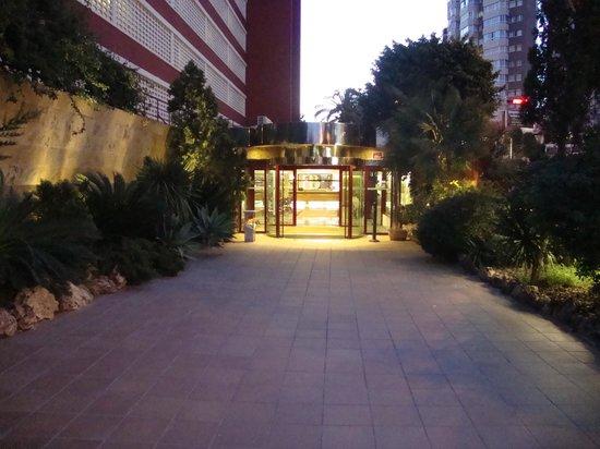 HOTEL BENILUX PARK: walking towards reception