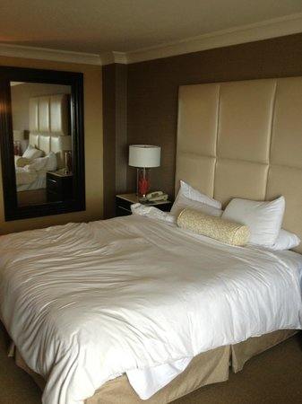 The Waterfront Beach Resort, A Hilton Hotel : Room 909 Bed