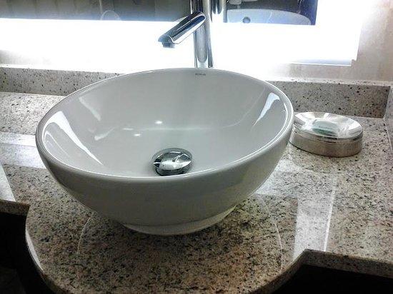 Golden Nugget: sink in standard rm bath