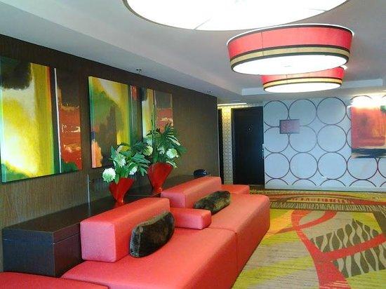 Golden Nugget : seating btwn elevator bank + rms