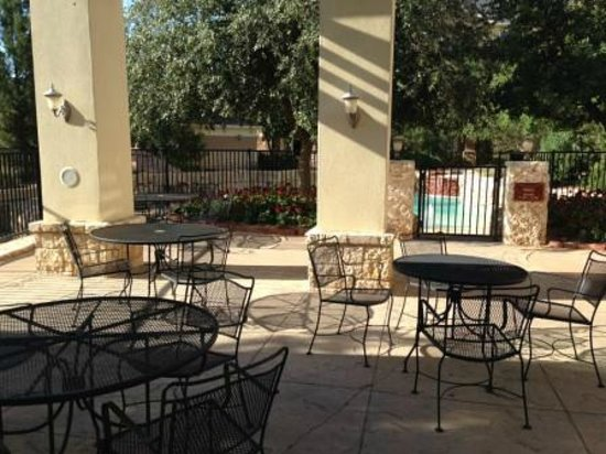 Arbor Inn and Suites : Outside dining for those who want the garden experience.