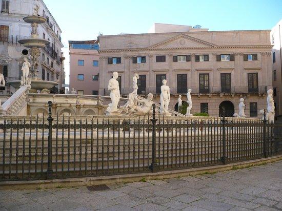 Fontana della Vergogna (Fontana Pretoria): La fontana