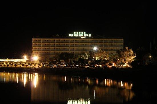 Palmariva  Beach Bomo Club : Отель ночью..