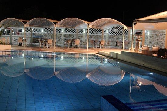 Palmariva  Beach Bomo Club : Бассейн ночью....