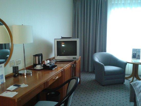 Maritim Airport Hotel Hannover: Номер - есть чайник и чашки