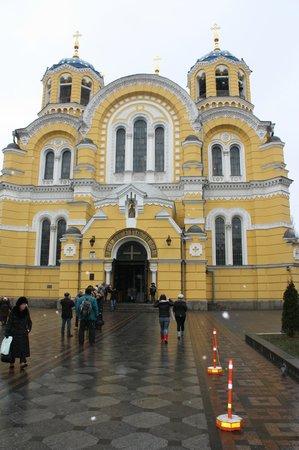 St. Volodymyr's Cathedral: Перед входом