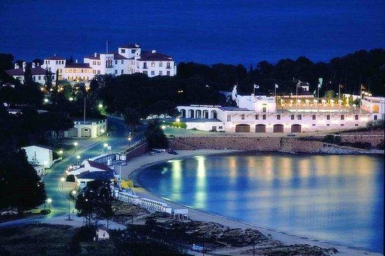 Hostal de La Gavina: Night view from the beach.