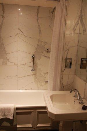 Athenaeum Hotel & Apartments: Salle de bain