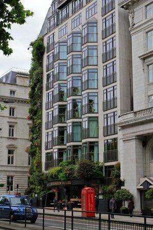 The Athenaeum Hotel & Residences: Façade de l'hôtel