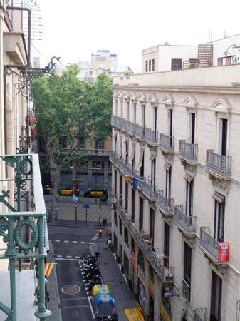 Hotel Gaudi: Las Ramblas down the street (view from our room)