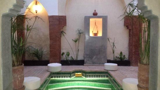 Riad Shambala: Piscina y patio del hotel