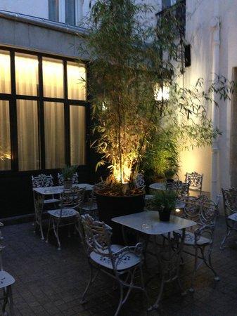 Hôtel Mademoiselle : The courtyard
