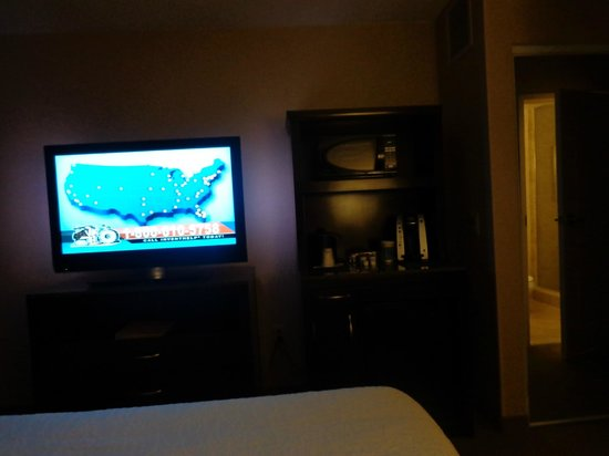 Hilton Garden Inn Omaha East/Council Bluffs: TV/Bar setup in the corner at the foot of the bed.  Pleasant!