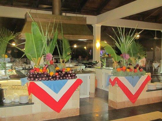 Vista Sol Punta Cana: Arreglos en el buffet, noche dominicana.