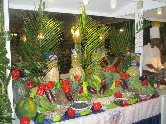 Vista Sol Punta Cana: Noche Dominicana, arreglos en el buffet