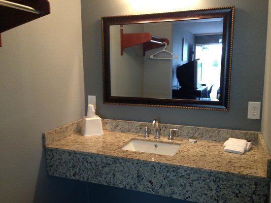 Safari Inn: Newly Renovated Bathroom with Granite Counters