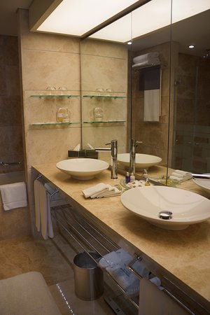 Swissotel Grand Efes Izmir: huge bathroom with separate tub and shower