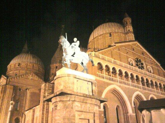 Monumento a Gattamelata : Notturna sfondo Basilica dal Santo