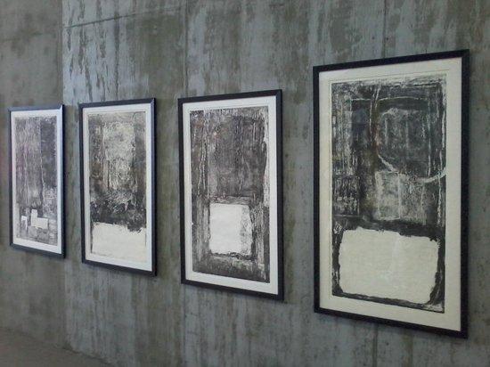Bahrain National Museum: musee peintures et statues face au musee