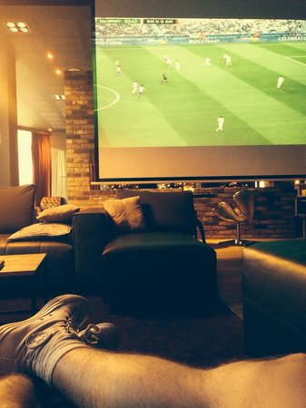 pentahotel Reading: Big screen for the football!