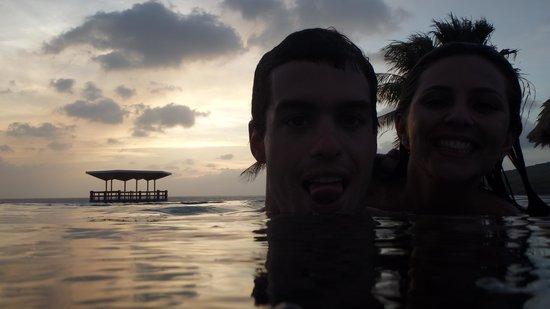 Hilton Curacao: Piscina com borda infinita
