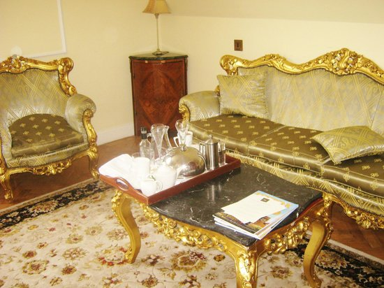 St Giles House Hotel: furniture in suite