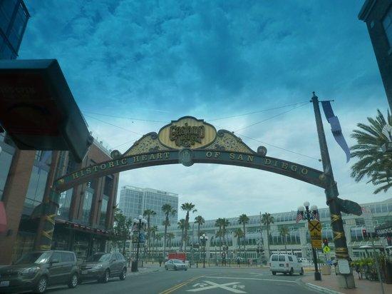 Omni San Diego Hotel : Cerca de todo. Doblando a la izquierda, enfrente, está el Omni