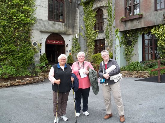 Abbeyglen Castle Hotel: My friends at the entrance to the castle