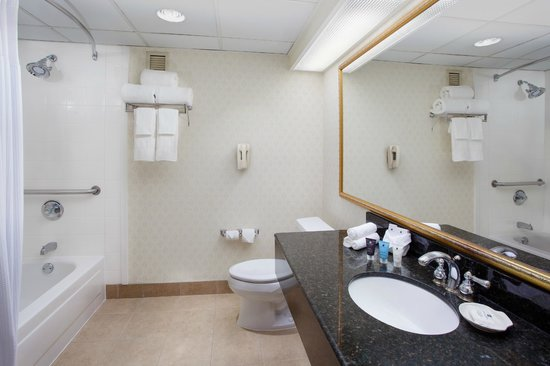 Crowne Plaza Hotel Englewood: Guest Bathroom